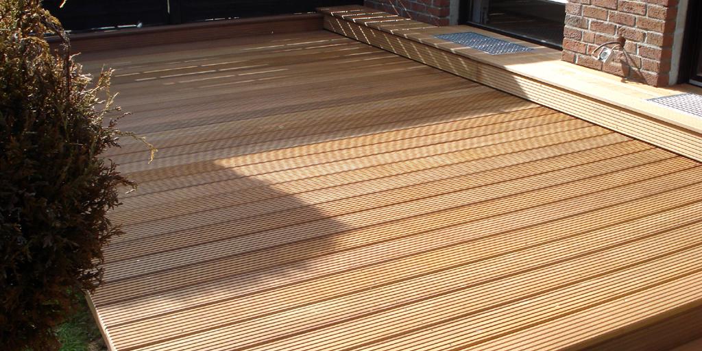 Terrassenrenovierung: geflieste Terrasse mit Holz belegen