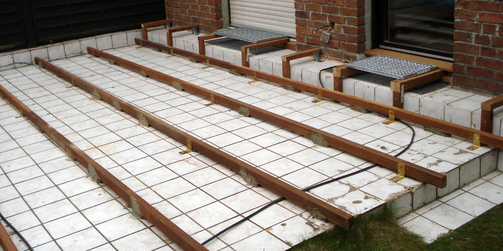 Geflieste Terrasse wird mit Holz belegt. Eine Unterkonstruktion ist dafür notwendig.