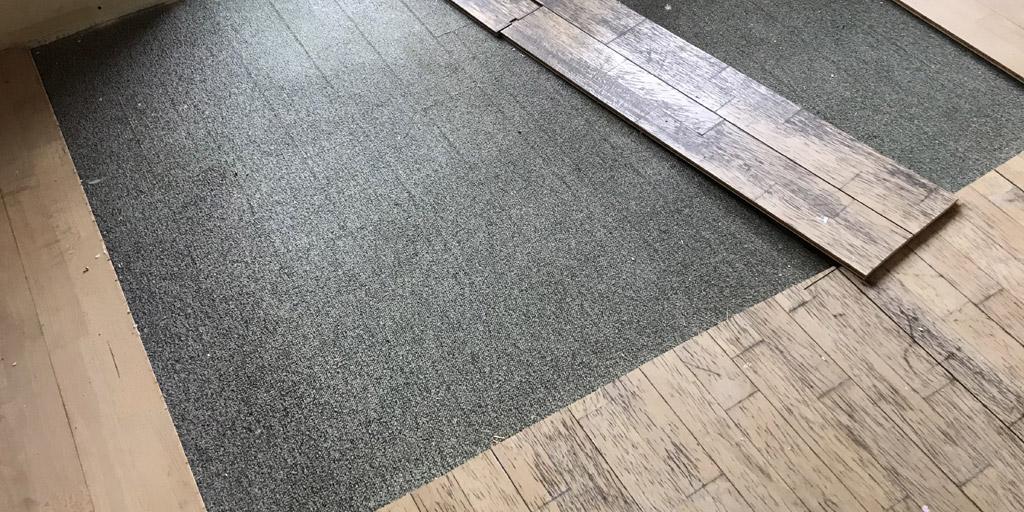 Wer Parkett auf Teppich legen möchte, muss mit Fugen im Parkettboden rechnen.